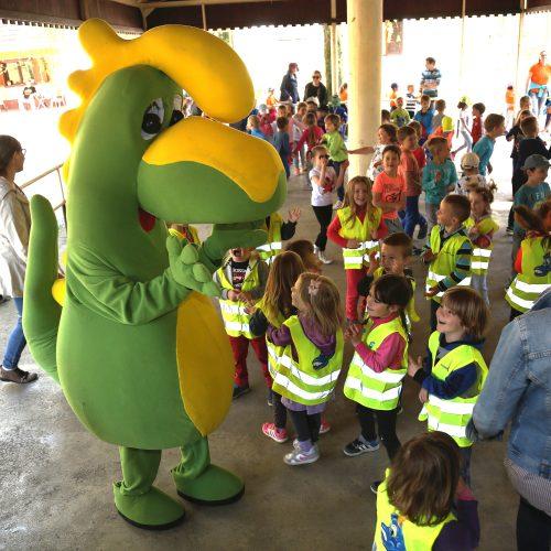 ZMAJČEK je z otroki rajal na zaključni prireditvi Zeleni nahrbtnik v Mostecu!